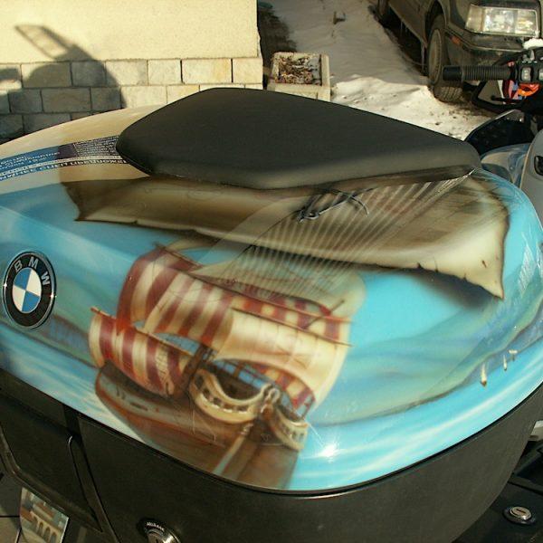 Аэрография на мотоцикле BMW - тема путешествия