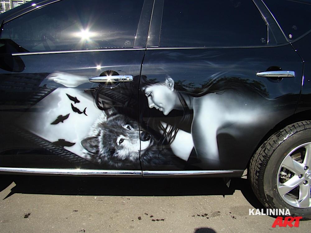 Аэрография на Nissan - девушка и волк