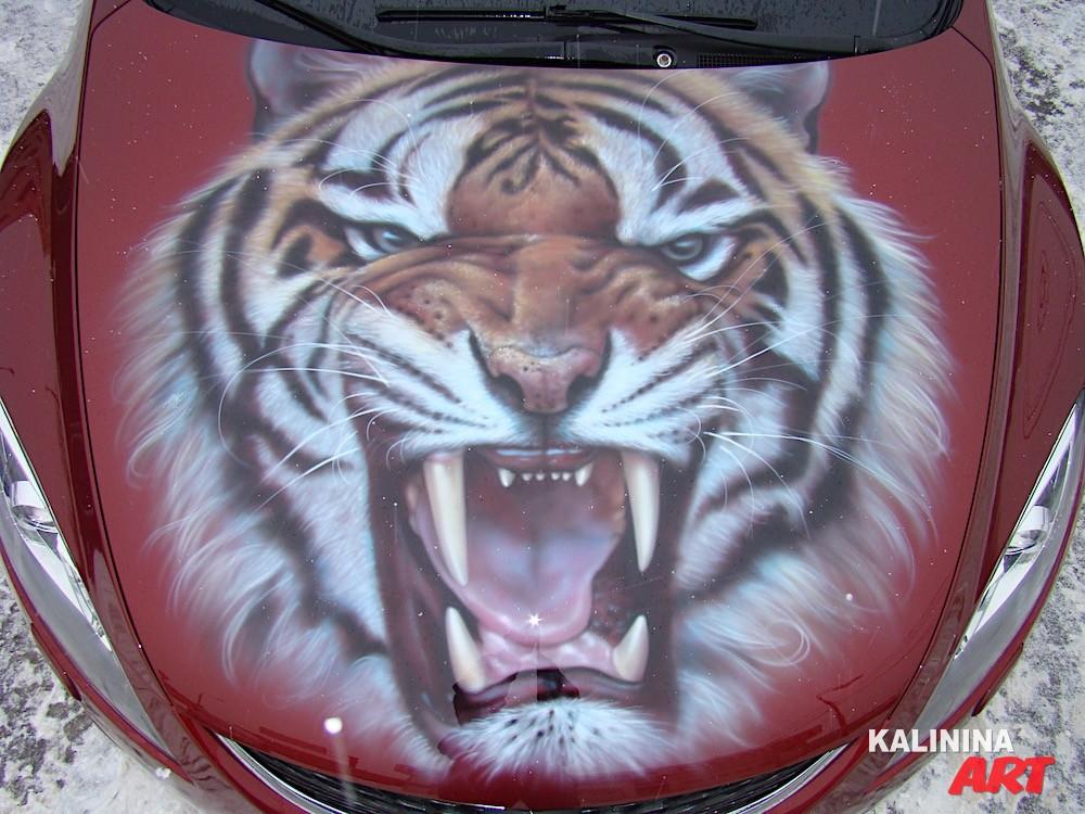 Аэрография тигра на капоте Mazda